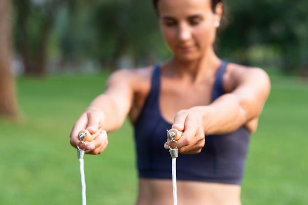 Donna vaga con la corda di salto