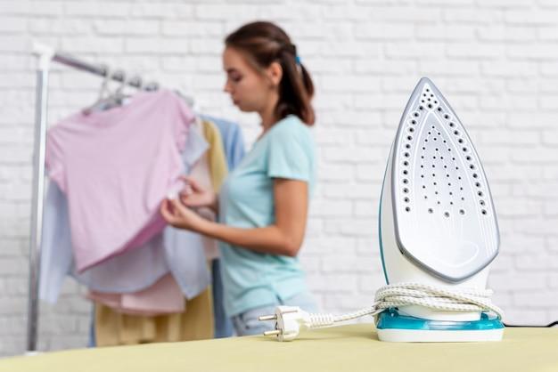 Donna vaga del colpo medio che esamina i vestiti