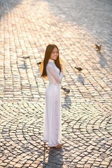 Donna vietnamita vestita con abito bianco ao dai. vestito tradizionale vietnamita.