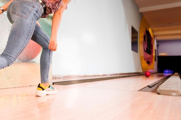 Donna vista bassa giocando a bowling