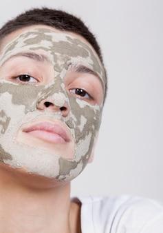 Donna vista frontale con maschera viso guardando la telecamera
