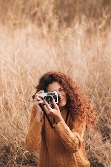 Donna vista frontale scattare foto