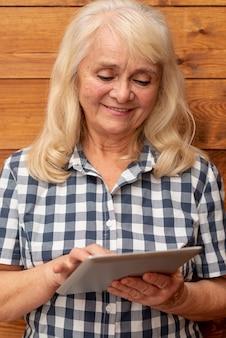 Donna vista frontale utilizzando la tavoletta