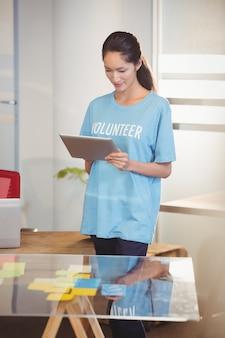 Donna volontaria che per mezzo del computer portatile