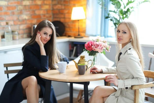 Donne a tavola