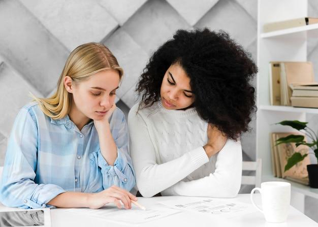 Donne adulte di vista frontale che lavorano ad un progetto