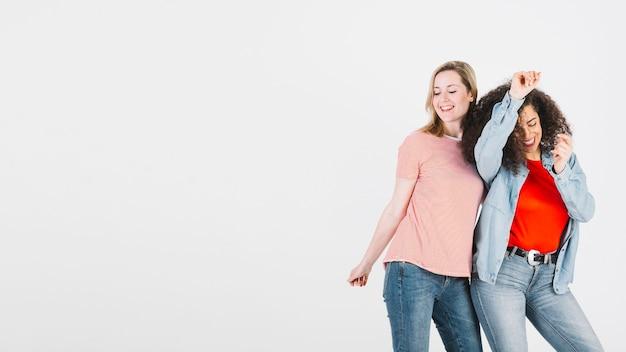 Donne alla moda che ballano insieme