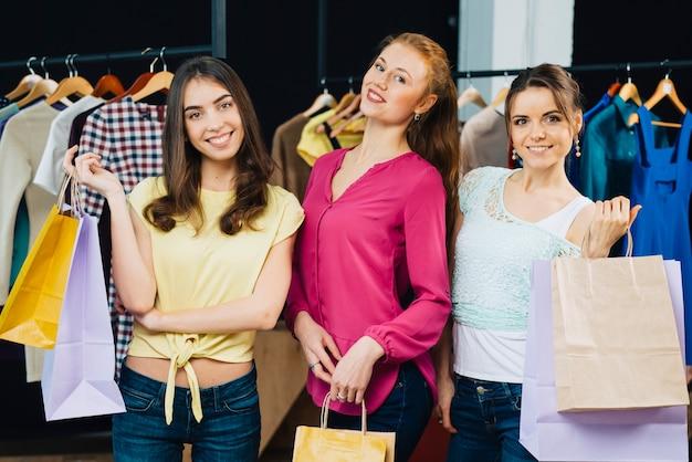 Donne alla moda con sacchetti di carta