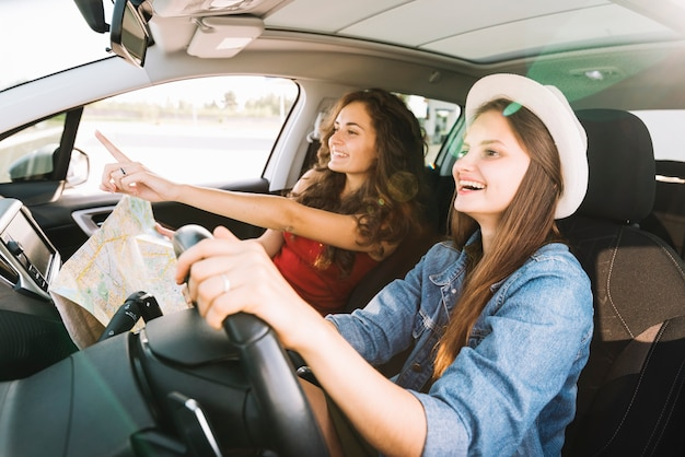 Donne allegre che guidano auto