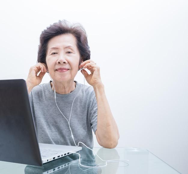 Donne anziane che ascoltano la musica da labtop