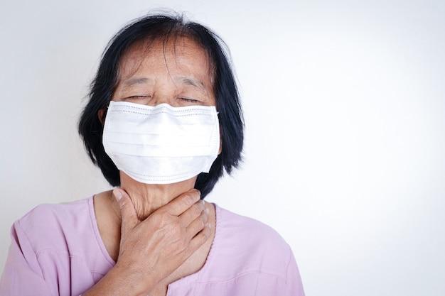 Donne anziane che indossano maschere, coprendosi la bocca e il naso, prevenendo il coronavirus o covid-19. concetti di salute senior. copia spazio