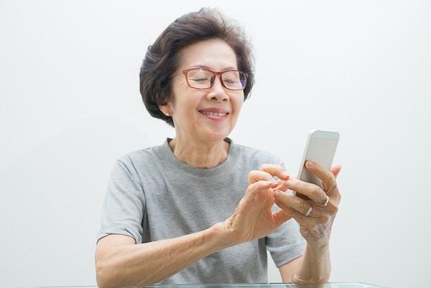 Donne anziane con mobile, senior woman