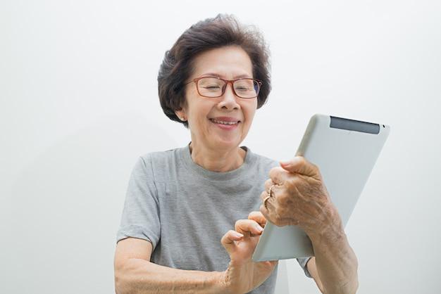 Donne anziane con tablet, donna senior