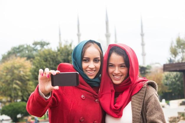 Donne arabe che indossano il velo prendendo selfie a istanbul