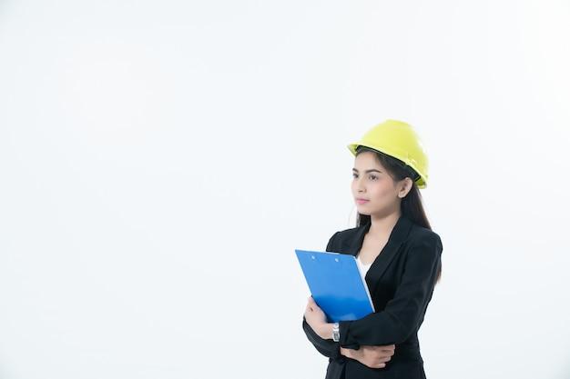 Donne asiatiche che controllano ingegneria e che lavorano e che tengono i modelli e controllo della lavagna per appunti isolati