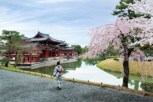 Donne asiatiche che indossano kimono giapponese tradizionale in tempio di byodo-in uji, kyoto, giappone