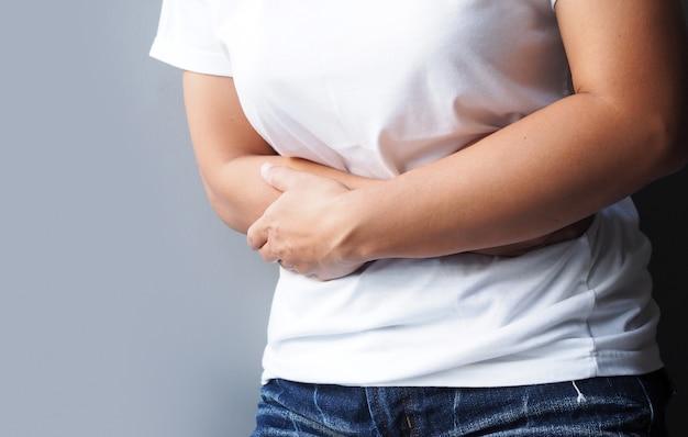 Donne asiatiche che soffrono di forte mal di stomaco, mal di stomaco o dolore mestruale.
