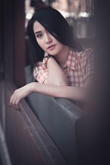 Donne asiatiche di modello del giovane ritratto di vita nella comunità e nella moda di stile dell'immagine