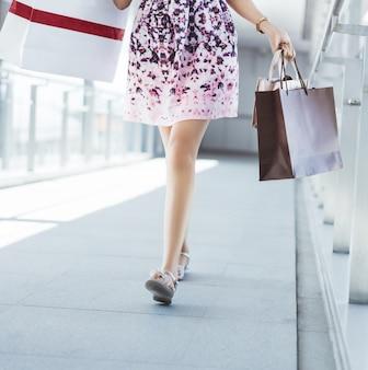 Donne asiatiche il potere d'acquisto del centro commerciale è felice