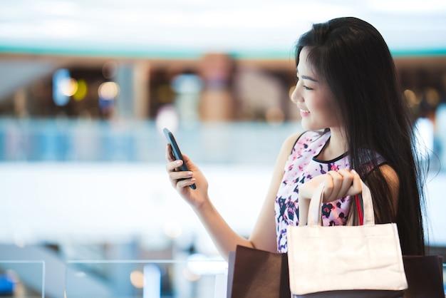 Donne asiatiche il potere d'acquisto del centro commerciale felice