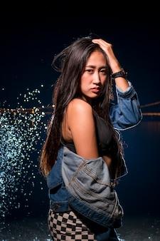 Donne asiatiche in reggiseno sportivo con spruzzi d'acqua