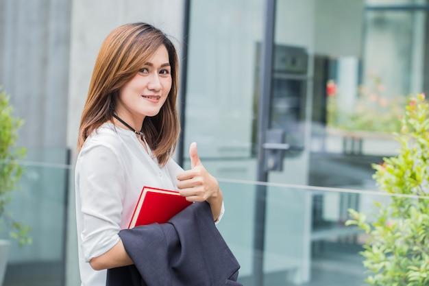 Donne asiatiche professionali di affari. le donne che lavorano sorridono felici si godono lo stile di vita.