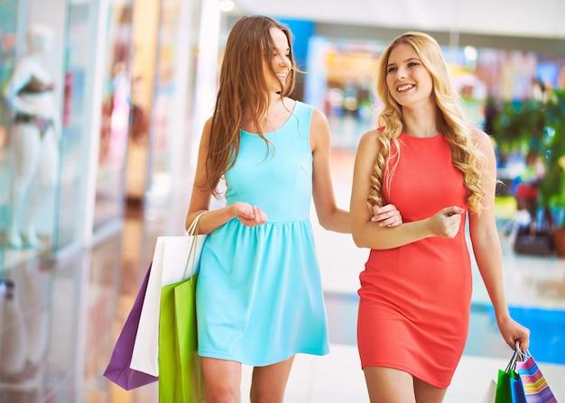 Donne che camminano lungo il centro commerciale in una giornata di shopping