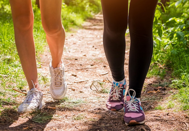 Donne che corrono nella foresta