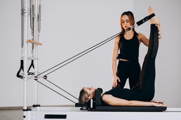 Donne che fanno pilates su un riformatore