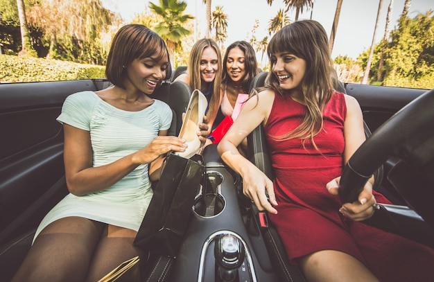 Donne che fanno shopping a beverly hills