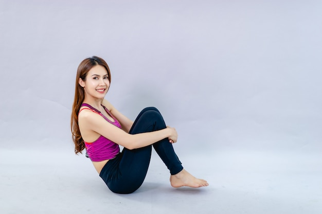 Donne che fanno yoga per la salute esercizio in camera concetto di assistenza sanitaria e buona forma