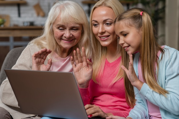 Donne che fluttuano davanti a un computer portatile
