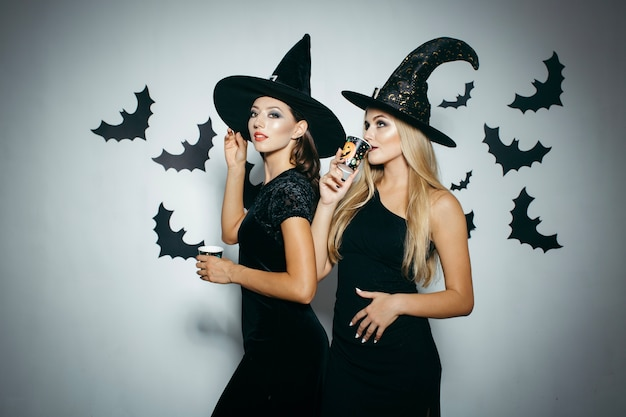 Donne che hanno bevande durante la festa di halloween