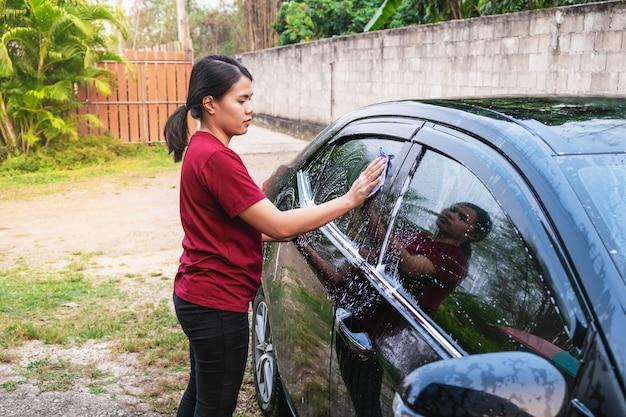 Donne che lavano automobili