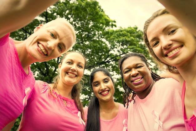 Donne che lottano per la consapevolezza del seno
