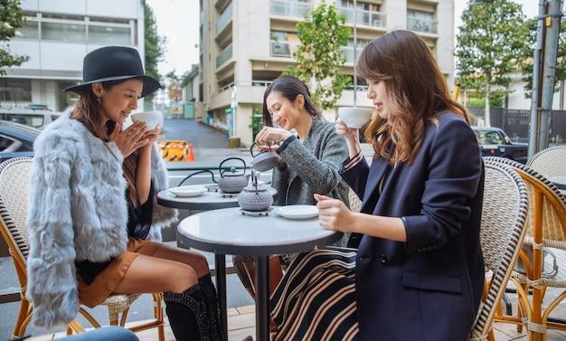 Donne che mangiano caffè a tokyo