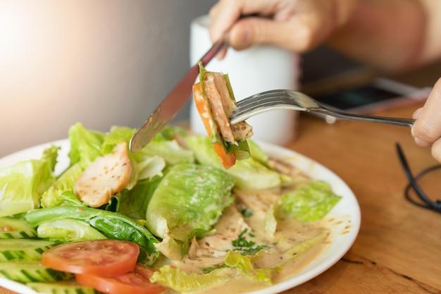 Donne che mangiano insalata per sano concetto di dieta alimentare