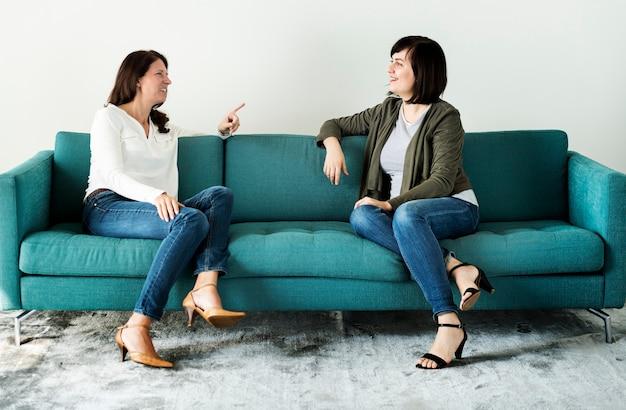 Donne che parlano insieme sul divano
