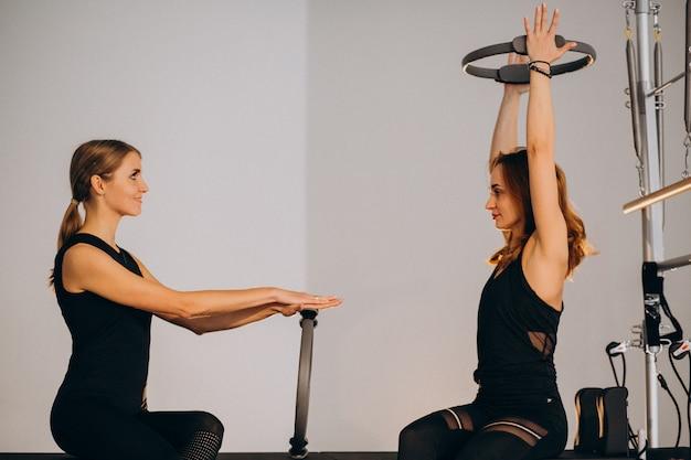 Donne che praticano pilates