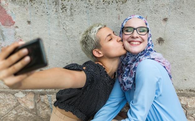 Donne che prendono un selfie insieme