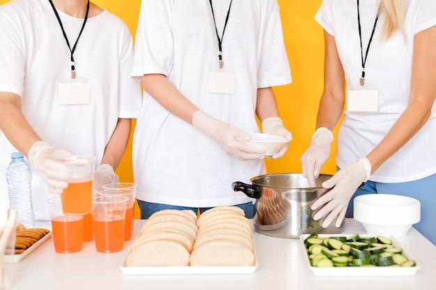 Donne che preparano cibo da donare