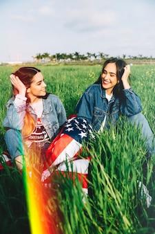 Donne che ridono sull'erba