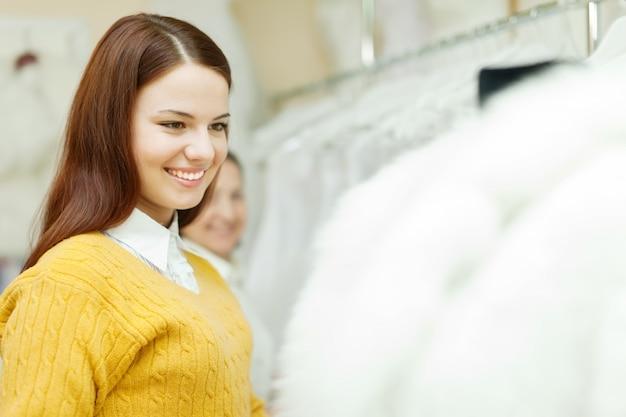 Donne che scelgono il vestito da sposa bianco