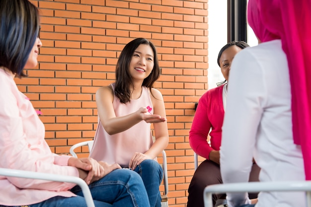 Donne che si incontrano per la campagna di sensibilizzazione sul cancro al seno