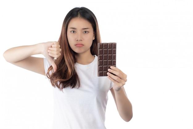 Donne che sono contro il cioccolato, isolato su uno sfondo bianco.