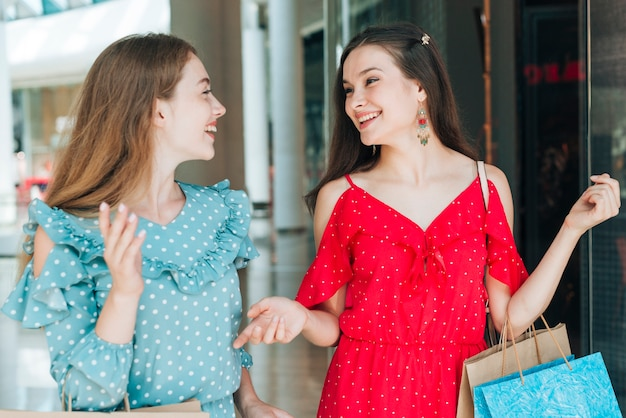 Donne che sorridono a vicenda