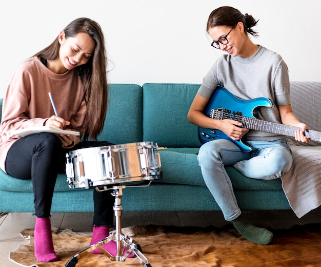 Donne che suonano musica insieme a casa