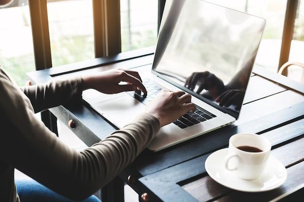 Donne che utilizzano un computer portatile