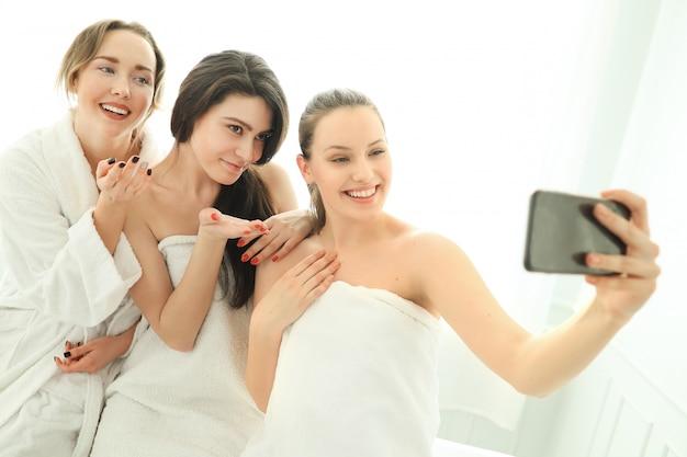 Donne con accappatoio e asciugamani