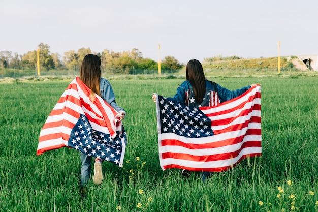 Donne con bandiere americane
